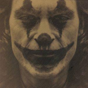 Prachtige foto van the Joker in hout gefreesd