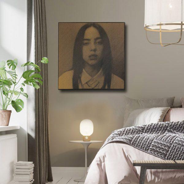 Prachtige foto van Billie Eilish in hout gefreesd